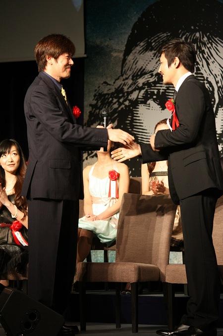 ジャン・バルジャン役 左から山口祐一郎、キム・ジュンヒョン