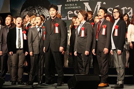 劇中歌「民衆の歌」披露より 中央:上原理生