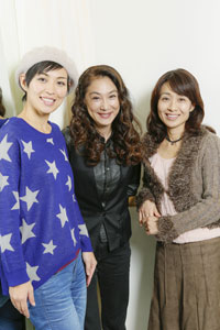 左から、川崎亜沙美、浅野温子、長野里美   撮影:西村康