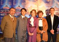 左から、横内正、森宮隆、夏樹陽子、小松政夫、ジェイスン・アーカリ