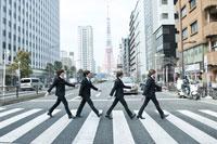 東京タワーをバックに『アビイ・ロード』のジャケット写真の再現をするThe Fab Four