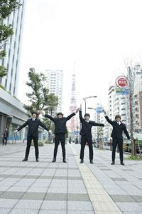 東京タワーをバックに『ヘルプ!』のジャケット再現も