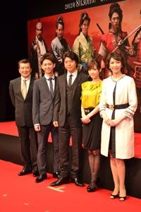 左から、里見浩太朗、柳下大、上川隆也、倉科カナ、賀来千香子