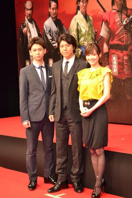 左から、柳下大、上川隆也、倉科カナ
