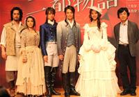左から、橋本さとし、濱田めぐみ、浦井健治、井上芳雄、すみれ、鵜山仁
