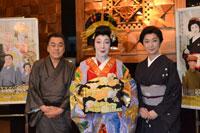 会見より。左から、佐藤B作、池畑慎之介☆、高橋惠子