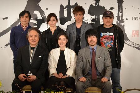 前列左から、平幹二朗、天海祐希、松山ケンイチ。後列左から、中島かずき、高田聖子、早乙女太一、いのうえひでのり