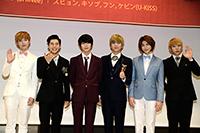 会見に出席した『宮』のキャスト 左からTRITOPSユジュン、ZE:Aドンジュン、SHINeeテミン、U-KISSスヒョン、キソプ、フン 撮影:川野結李歌