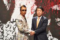 記者会見の模様 左から長渕剛、信貴芳則岸和田市長