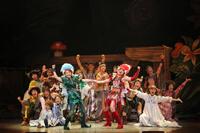 ブロードウェイミュージカル『ピーターパン』より。手前左から、ピーターパン役 唯月ふうか、タイガー・リリー役 白羽ゆり、ウェンディ役 福田沙紀