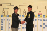 握手をする三鷹・巽健主将(左)と東福岡・中島賢星主将(右)