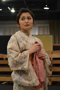 舞台『最後のサムライ』稽古場より。妻・おすが(岡本玲)