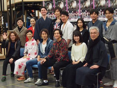 キャスト・スタッフ一同。前列左から、中川晃教、朝海ひかる、ナオト・インティライミ、小関裕太、新妻聖子、イッセー尾形