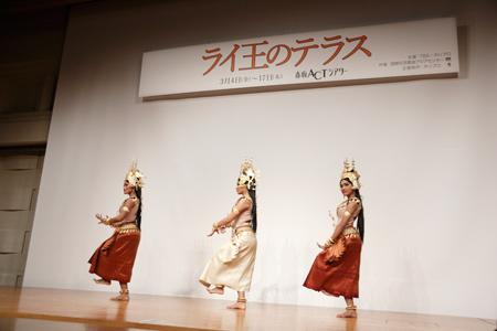 来日メンバーによるカンボジア伝統舞踊のパフォーマンスも披露  撮影:石阪大輔
