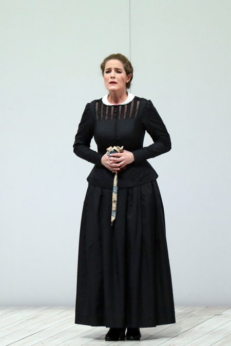 舞台稽古より イェヌーファ役:ミヒャエラ・カウネ 写真:新国立劇場