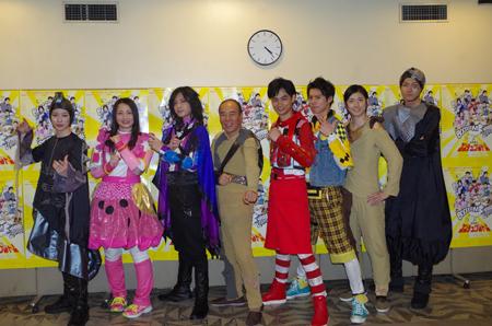 左から、安川純平、須藤茉麻、斉藤秀翼、モト冬樹、馬場良馬、伊勢大貴、山本一慶、小坂涼太郎
