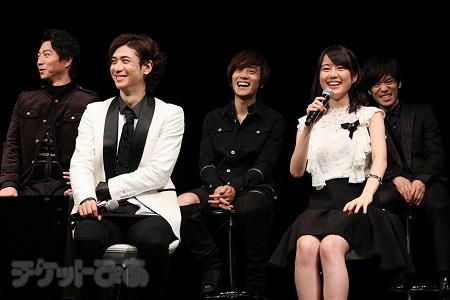 前列左から、古川雄大、生田絵梨花