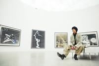 『トーマス・ルフ展』を鑑賞する大東駿介  撮影:山田大輔