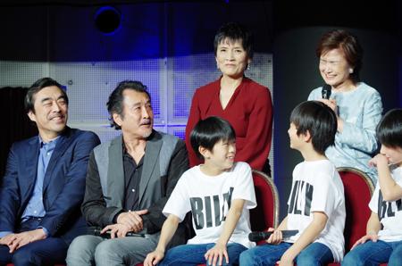後列左から、根岸季衣、久野綾希子。左から、益岡徹、吉田鋼太郎、加藤航世、木村咲哉、前田晴翔