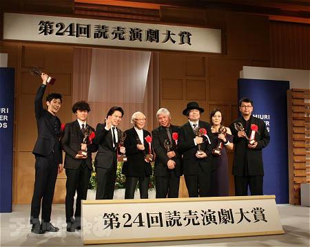 左から、三浦春馬、藤田俊太郎、中川晃教、吉井澄雄、堀尾幸男、ケラリーノ・サンドロヴィッチ、鈴木杏、三浦基