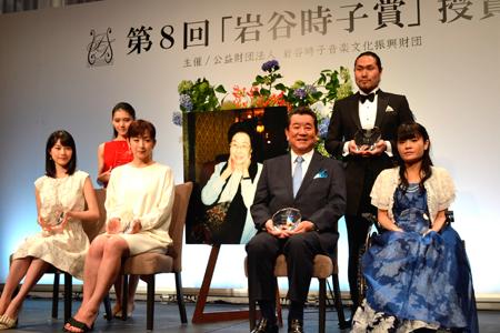 前列左から、生田絵梨花、斉藤由貴、加山雄三、野田あすか。後列左から、服部百音、瀧山久志