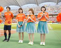 (写真左より)端山豪(アルビレックス新潟)、NegiccoのKaede、Nao☆、Megu (C)ALBIREX NIIGATA