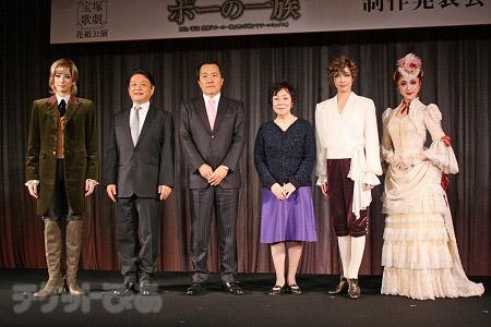左から、柚香光、演出の小池修一郎、小川友次歌劇団理事長、原作の萩尾望都、明日海りお、仙名彩世