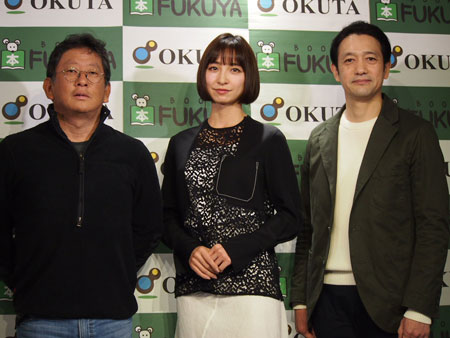 舞台『アンフェアな月』会見より。左から、秦建日子、篠田麻里子、飯田基祐