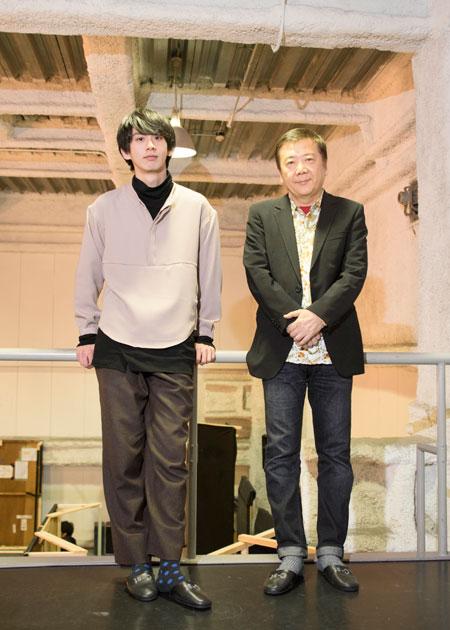 左から、秋元龍太朗、鴻上尚史  撮影:川野結李歌