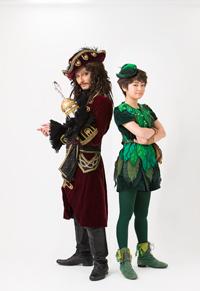 (画像左から)フック船長役 ISSA、ピーターパン役 吉柳咲良