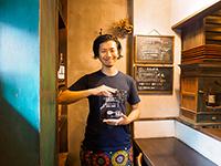 「第5回 究極のカレーAWARD」総合GPを記念した盾が手渡され、喜びをかみしめる「定食堂 金剛石」店主の中尾浩基さん。