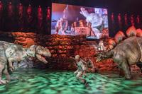 人気TV番組発のアリーナショー「世界一受けたい授業 THE LIVE 恐竜に会える夏!」。実物大の恐竜がステージに登場