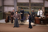 (前列左から)金田一耕助(喜多村緑郎)、橘警察署長(佐藤B作)が事件の解決に挑む!