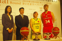 (写真左より)中川聴乃、佐古賢一、吉田亜沙美(JX-ENEOSサンフラワーズ)、小野龍猛(千葉ジェッツ)