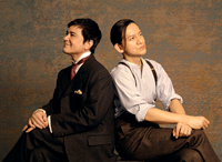 『ピカソとアインシュタイン ~星降る夜の奇跡~』より (画像右から)岡本健一、川平慈英