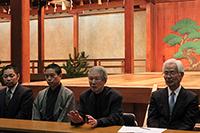 大槻能楽堂にて。左より野村又三郎、赤松禎友、大槻文蔵、実行委員会会長 林田英樹の各氏。