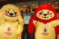 ラグビーワールドカップ 2019 日本大会公式マスコット レンジーに囲まれた舘ひろし