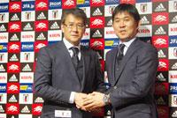 (写真左より)日本サッカー協会・関塚隆技術委員長、森保一日本代表監督