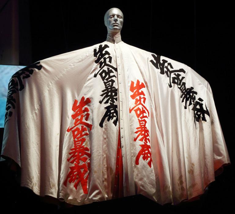 山本寛斎がデザインした漢字柄のマント