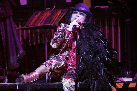 """2009年東京版「三文オペラ」""""完成。宮本亜門が古典的名作に送り込んだ ..."""